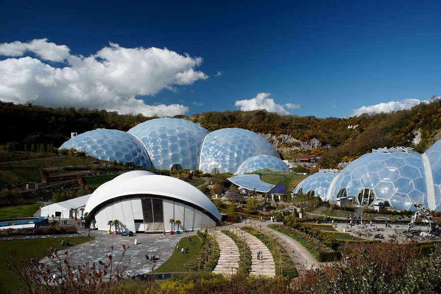 A large white building surrounded by plastic domes at the Eden Project.